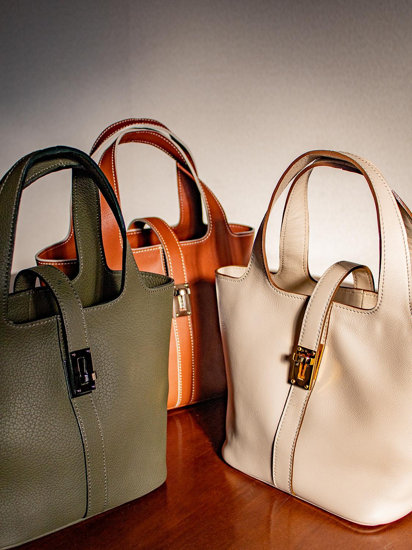 国産シュリンクレザーで仕上げるピコタン型ハンドバッグの「RINA」は、おとな可愛い、おとなカッコいいをあなたにプラスしてくれます。