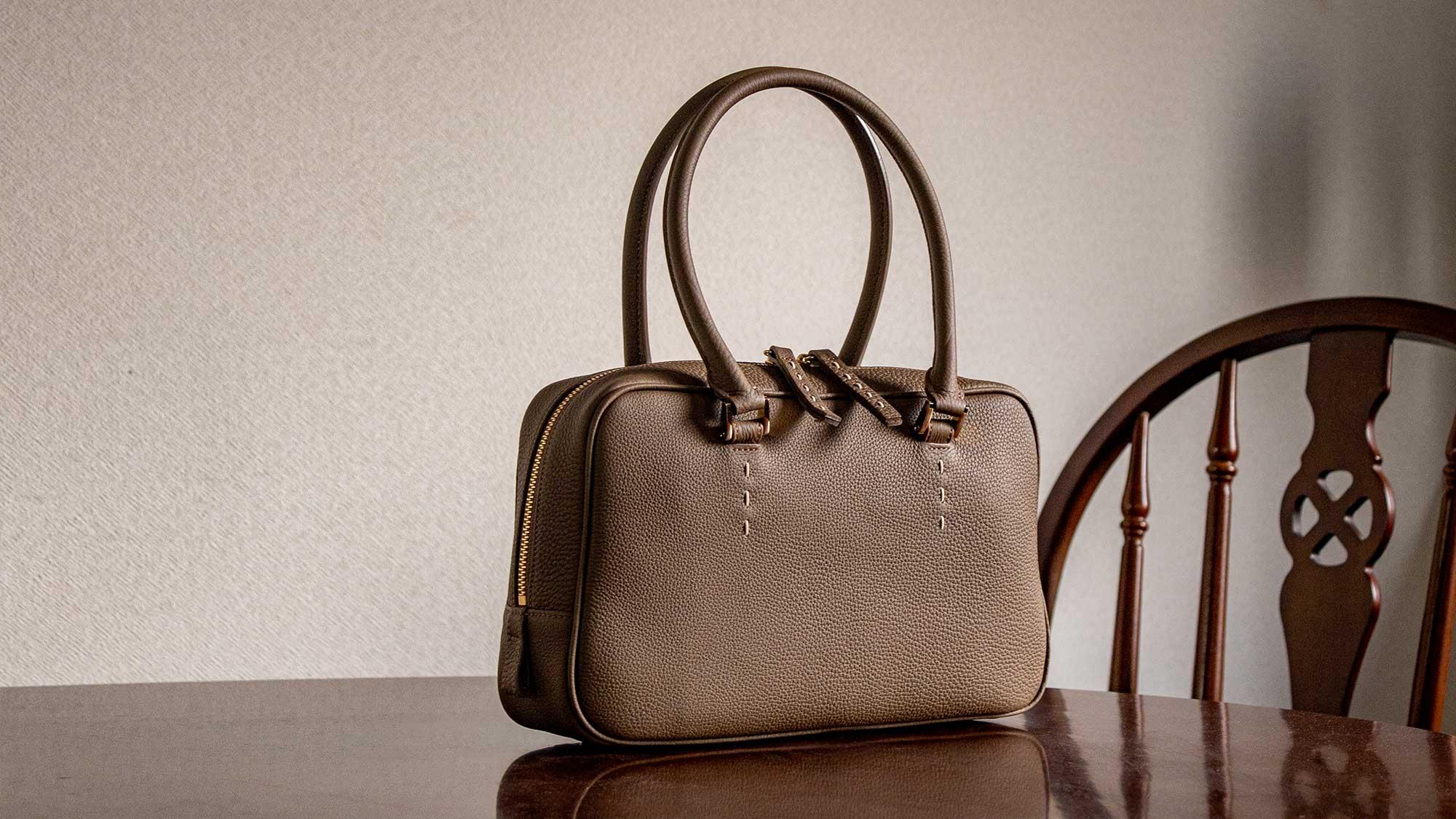 最高級シュリンクレザー・エスポワールで仕上げるプリュム型ハンドバッグ「STEPHANIE」は、フェミニン&カジュアルで、どんなコーデでもおまかせです。