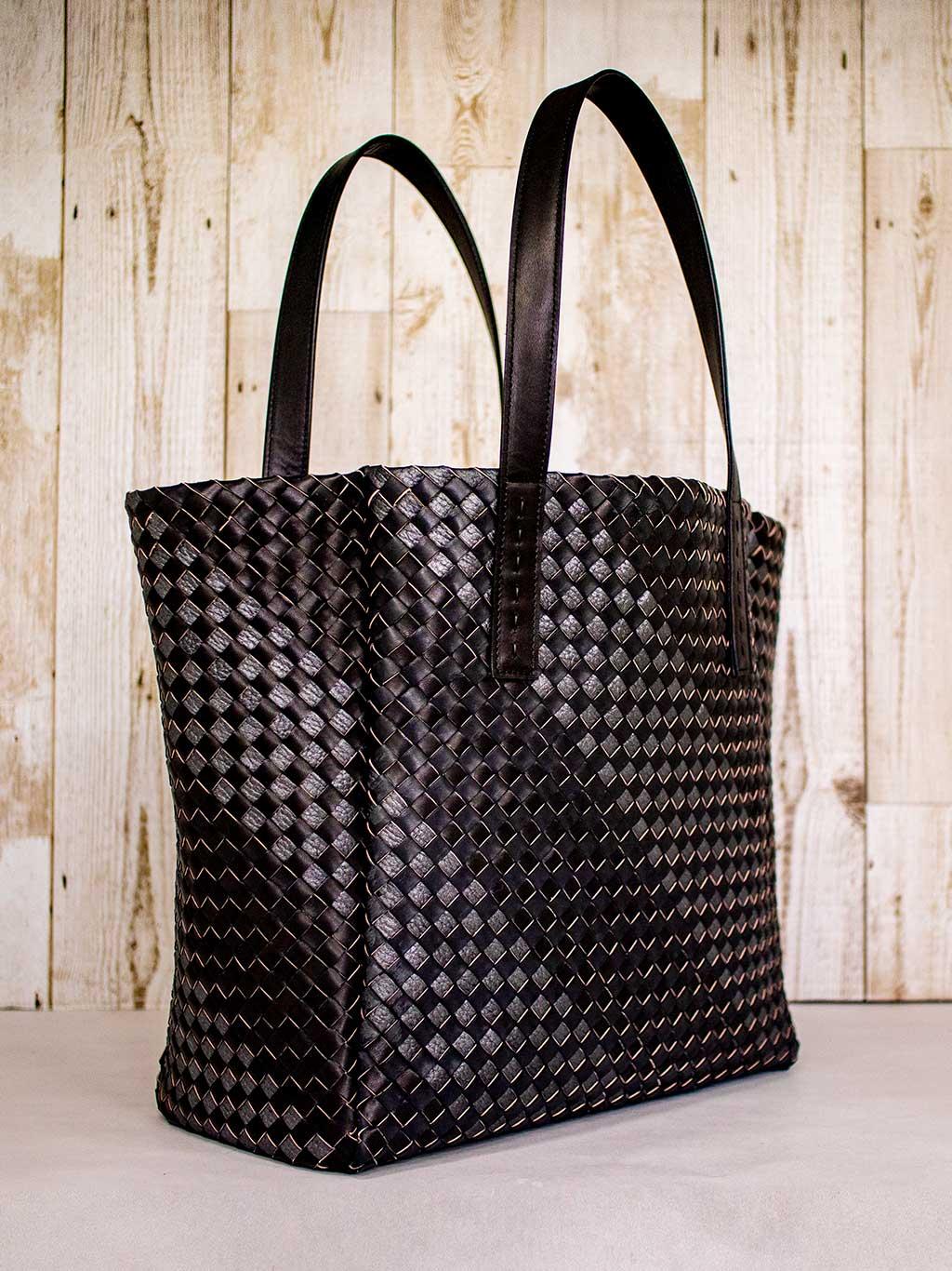 ベルギー産ホースレザー(馬革)を採用した、軽くてしなやかで心地よい手ざわりが魅力の本革メッシュ編み、トードバッグ「MANGROVE」