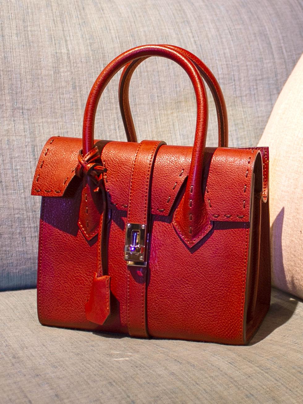 クラシカルで上品なのにカジュアルでもOKの本革バッグ「GIULIA」