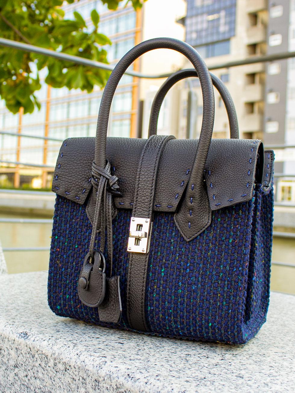 温かみのある美しいツイード、秋冬コーデにぴったりのフェミニンで大人可愛い本革バッグ。