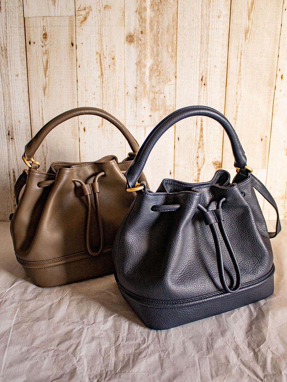 おとな可愛いデザインの心地よく持ちやすく腕にもかけやすい2WAY巾着の本革バッグ