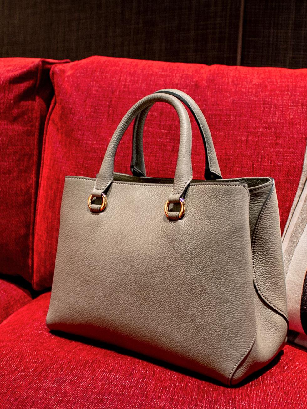 しっとりとお淑やかで女性的なデザインは、あなたのコーデに柔らかくてやさしい印象をプラスしてくれる本革2WAYバッグ「VALERIE」