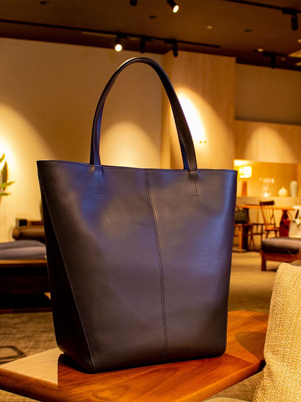 オイルヌメ革の縦型の本革トートバッグは使い込むほどに艶やかに深みが出るのが素敵な本革バッグ