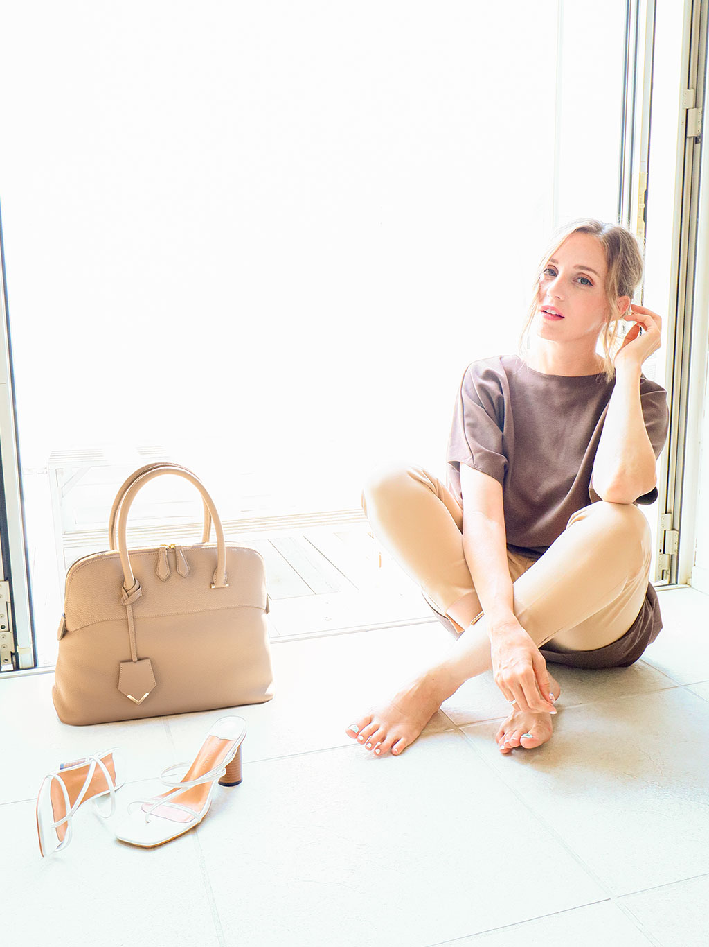世界のハイブランドではトゴと名を変えて愛されている人気の最高級シュリンクレザー・エスポワールで仕上げる才色兼備で完璧なブガッティ型のA4サイズが持ち運べる本革ハンドバッグ「EMMA」誕生。