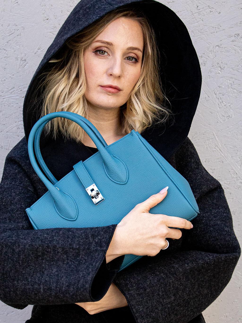 休日コーデから、きちっとしたフォーマルな場面でも上品に振る舞える便利で可愛くて愛おしい本革2WAYミニトートバッグ。