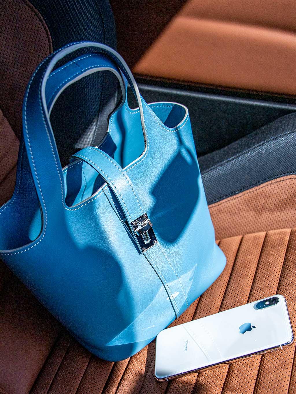 助手席にぽんと置いて、車でちょっと出かけるのにちょうど良いバッグ。