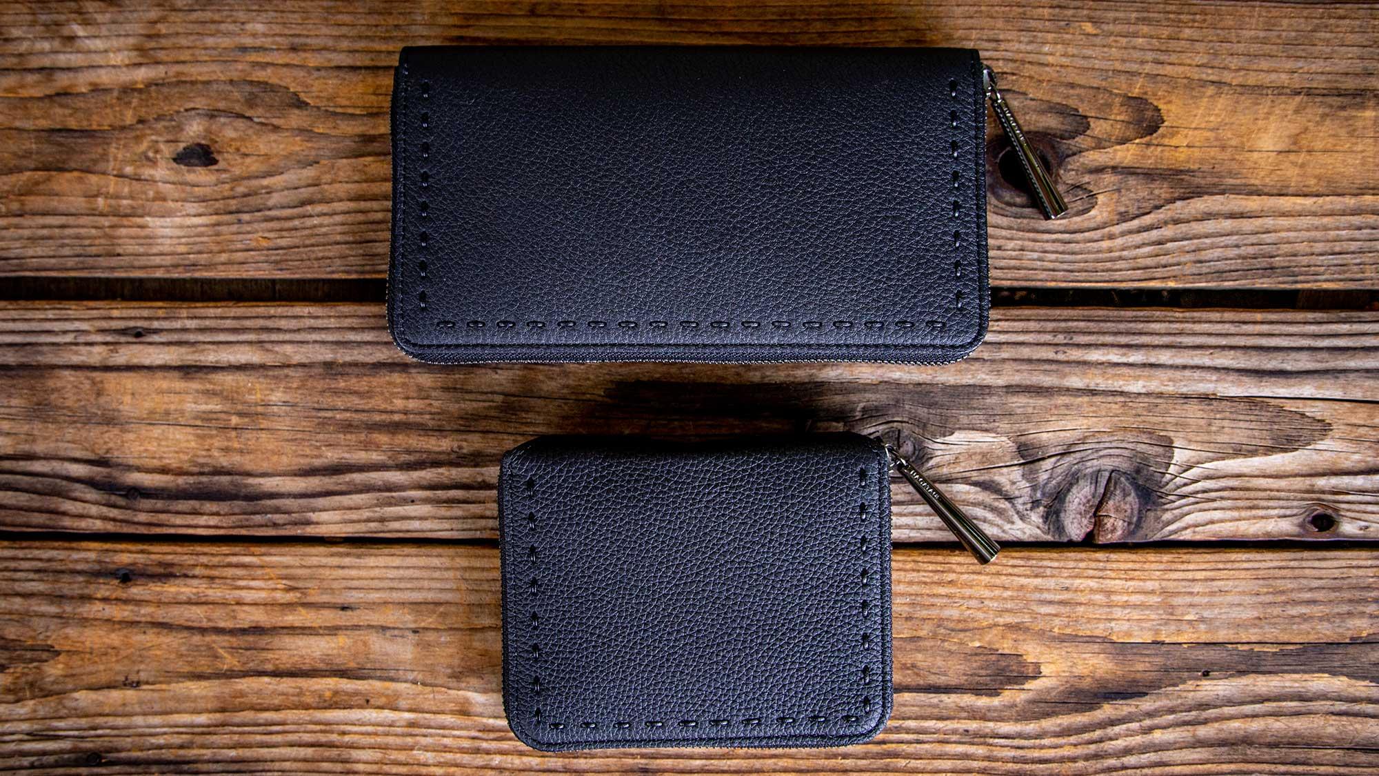 ロングセラーでシンプルなユニセックスデザインが人気のシュリンクレザー・本革ラウンドファスナー二つ折財布BONNYに「BLACK×BLACK」新色登場。