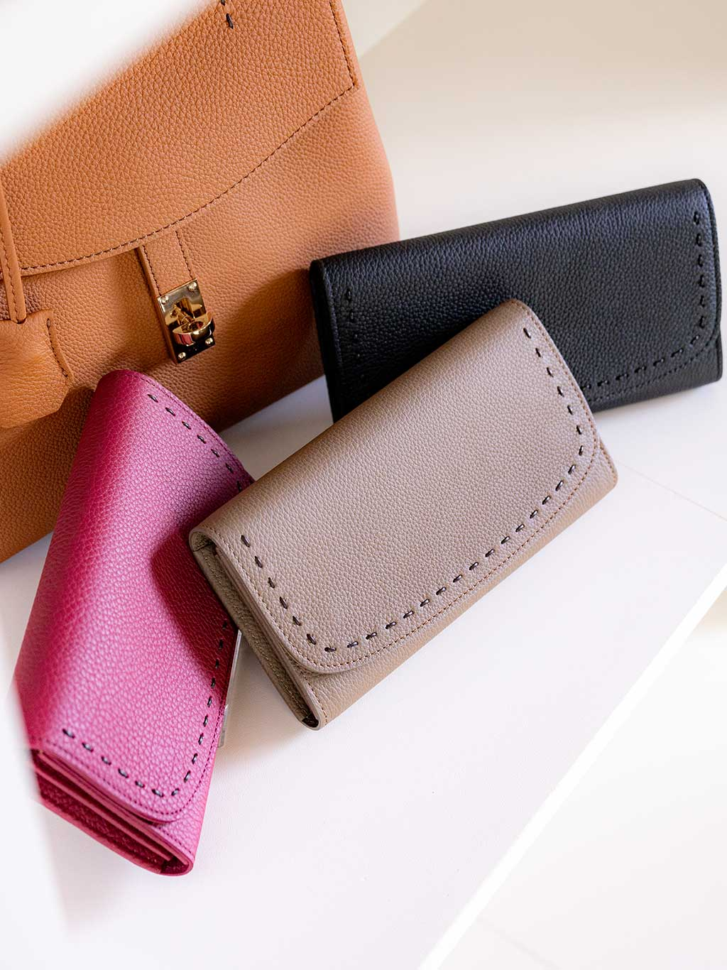 世界のハイブランドではトゴと名を変えて愛されている人気の最高級シュリンクレザー・エスポワールで造る日本製の本革ウォレット[かぶせ式(エンヴェロップ型)長財布] LILY誕生。