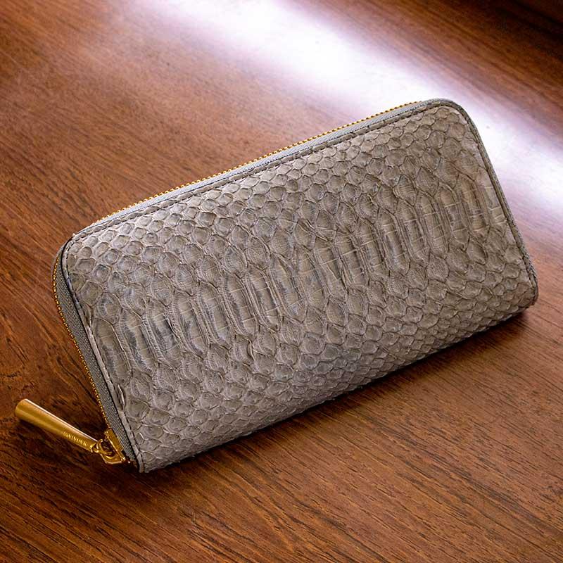 日本製 NAGATANI 金運アップの縁起物、ダイヤモンドパイソンレザーの本革ウォレット(ラウンドファスナー長財布)『POWDER [GRAY]』財布の新調にぜひ。