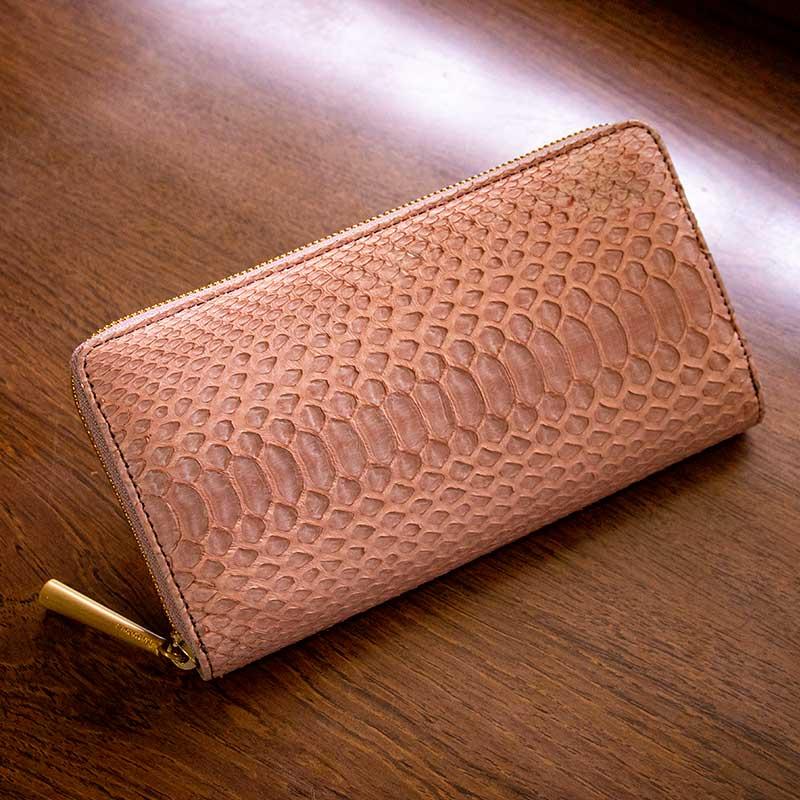 日本製 NAGATANI 金運アップの縁起物、ダイヤモンドパイソンレザーの本革ウォレット(ラウンドファスナー長財布)『POWDER [PINK]』財布の新調にぜひ。